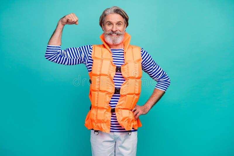 Foto von attraktiven alten Mann zeigen große Biceps Arm starken Mariner Rettungsschwimmer Seefahrt Ozean Reise tragen gestreiften lizenzfreie stockfotografie