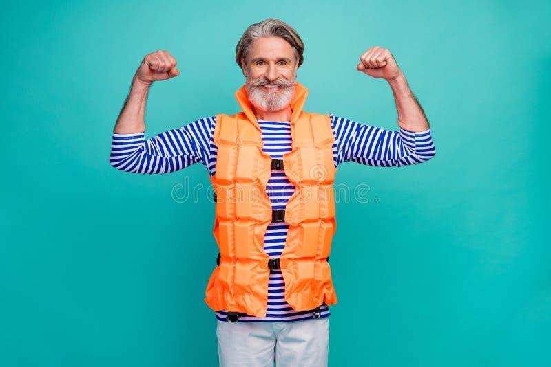 Foto von attraktiven funky-alten Typen zeigen große Biceps starke Mariner Rettungsschwimmer Seereise bekleidet gestreiftes Seeman lizenzfreies stockbild