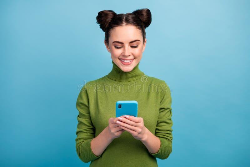 Foto von attraktiven hübschen Teenager Chat Browsing Telefon lesen Blog-Kommentare süchtig Smartphone-Benutzer tragen warm lizenzfreies stockbild