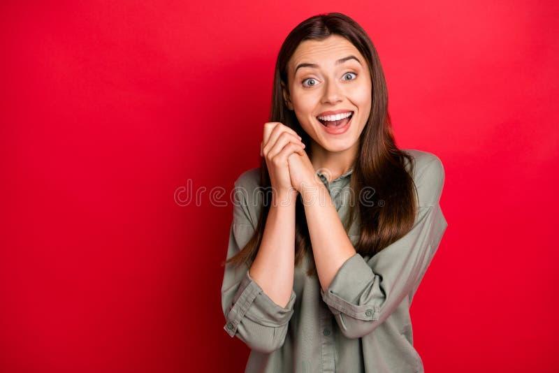 Foto von attraktiven lustigen Lady fröhliche Laune Händchen zusammen überglücklich gute Nachrichten liebevoll gefallen Verschleiß lizenzfreies stockfoto