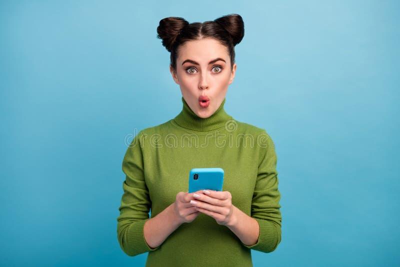 Foto von attraktiven schockierten Teenager Dame Open Mund Browsing Telefon lesen Blog-Post Kommentare süchtig Smartphone-Benutzer stockfotografie