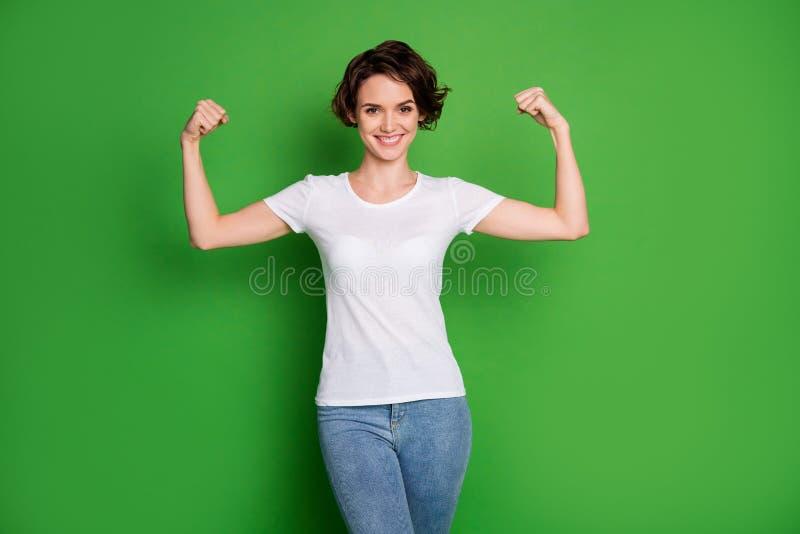Foto von attraktiven, selbstbewussten Lady Wavy Bob-Haartrockner mit zwei perfekten Form Biceps gewinnen Wettkampf-Verschleiß stockfotografie