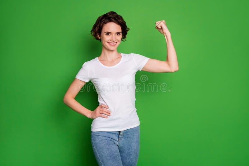 Foto von attraktiven, selbstbewussteren Lady Wavy Bobbed Haardo mit perfekter Form Biceps Armsieger Wettkampf-Traktion lizenzfreies stockfoto