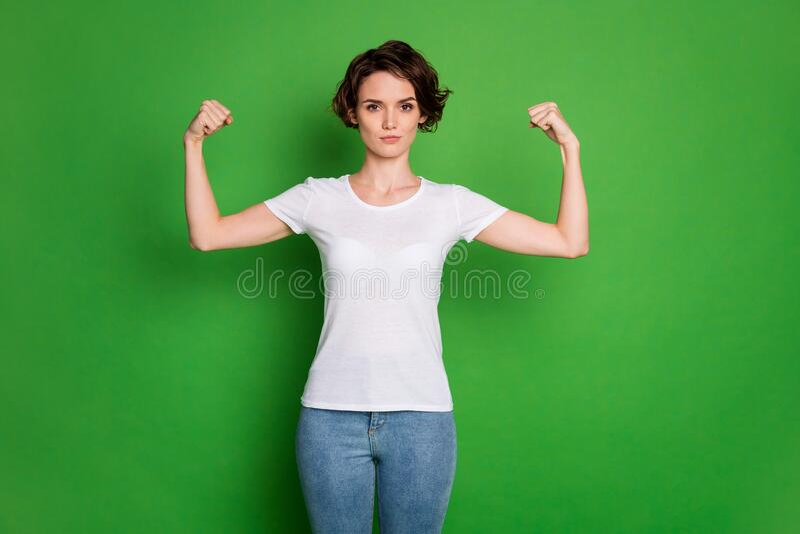 Foto von attraktiven, selbstbewusststarken, gefickten, gefieberten Haairdo, der zwei perfekte Biceps zeigt, kann jeden Typ besieg stockfoto