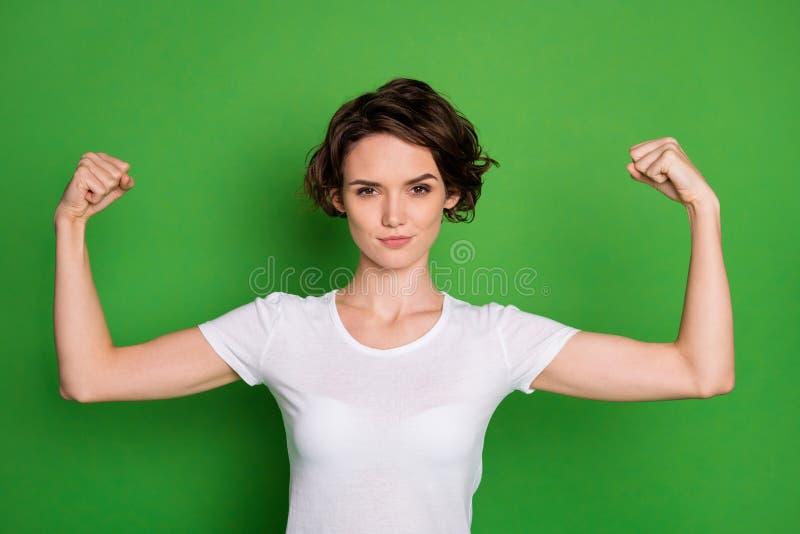 Foto von attraktiven, selbstbewusststarken, gefickten, gefieberten Haairdo, der zwei perfekte Biceps zeigt, kann jeden Typ besieg lizenzfreie stockfotos