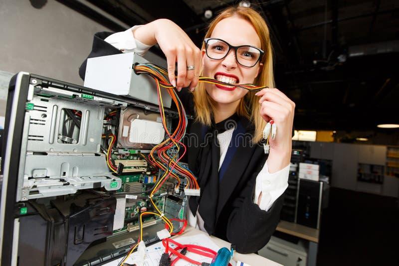 Foto von den Frauen mit Gläsern Drähte nahe bei defektem Prozessor bei Tisch zerfressend lizenzfreie stockfotos