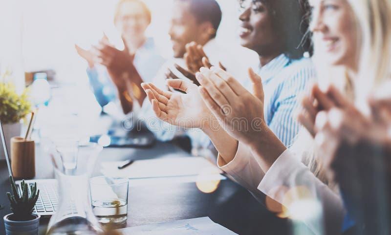 Foto von den Partnern, die Hände nach Geschäftsseminar klatschen Berufsbildung, Arbeitssitzung, Darstellung oder Anleitung lizenzfreies stockfoto