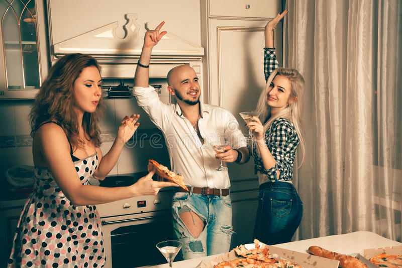 Foto von den schönen Freunden des Spaßes, die an der Hausparty tanzen stockfotos