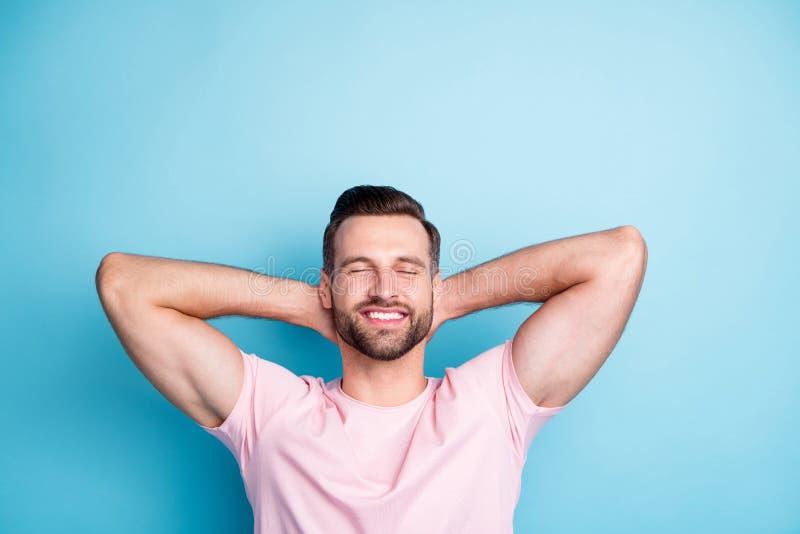 Foto von einem attraktiven Mann, der Hände hinter den Kopf Augen geschlossen genießen Sie erstaunliche Wochenende entspannende tr stockbild