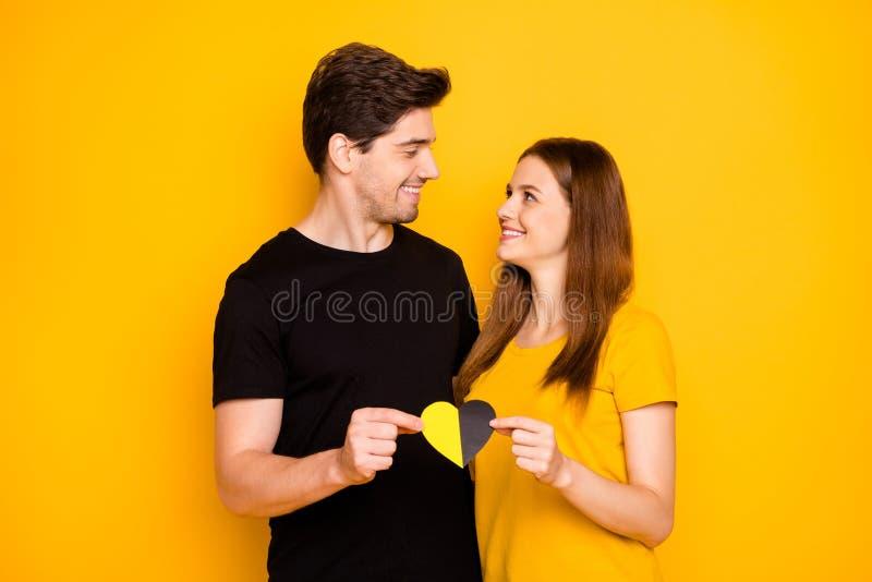 Foto von fröhlichen süßen charmanten hübschen zwei schönen Menschen, die sich liebevoll umarmenden Betrieb ansehen stockfotografie