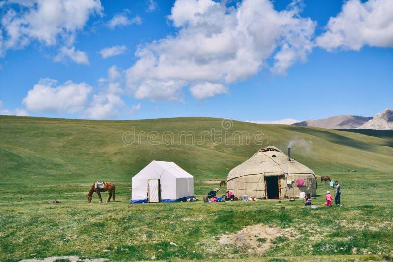 Foto Von Hütte Und Zelt Auf Rasenflächen Kostenlose Öffentliche Domain Cc0 Bild
