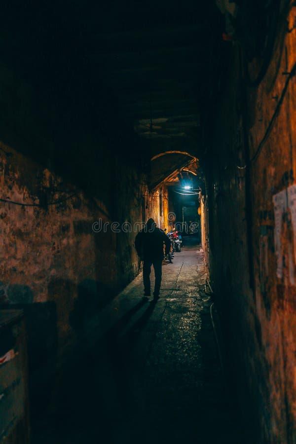 Foto von Personen, die durch den Braunen Wall-Tunnel wandern stockbilder