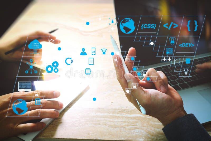 Foto-Website Grafik-Designer-Handtreffen-Team mit neuen Projekt-moderne Studio Modernes Notebook-Smartphone mit digitalem Tablet- stockbild