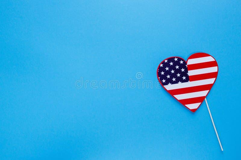 Fotob?s f?r 4th Juli Hjärta på pinnar på blå bakgrund Amerikanska flagganf?rger Självständighetsdagen patriotisk ferie royaltyfria foton