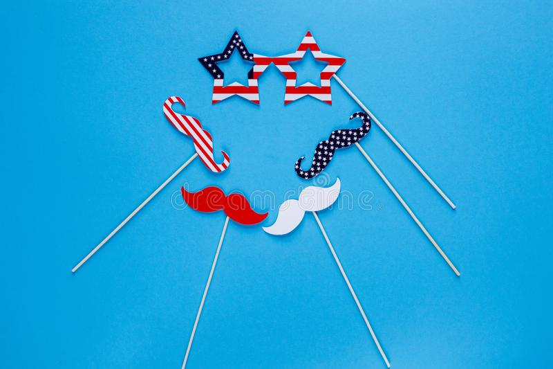 Fotob?s f?r 4th Juli Mustasch på pinnar på blå bakgrund Amerikanska flagganf?rger retro sj?lvst?ndighet f?r bakgrundsdaggrunge royaltyfria bilder
