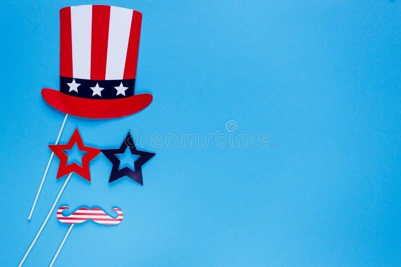 Fotob?s f?r 4th Juli Mustascher hatt, exponeringsglas på pinnar på blå bakgrund Amerikanska flagganf?rger retro sj?lvst?ndighet f royaltyfri foto