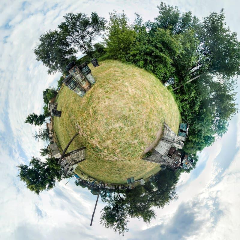 Fotobereich eines Paintballfeldes mit Fässern, Bäumen und hölzernen Gebäuden Polares Panorama 360 Grad lizenzfreies stockbild