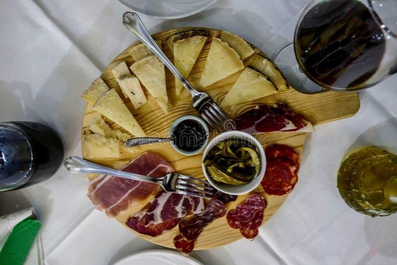 Fotobildbild av typisk italienskt driftstopp för korv för salami för skinka för matmaträttost arkivfoto