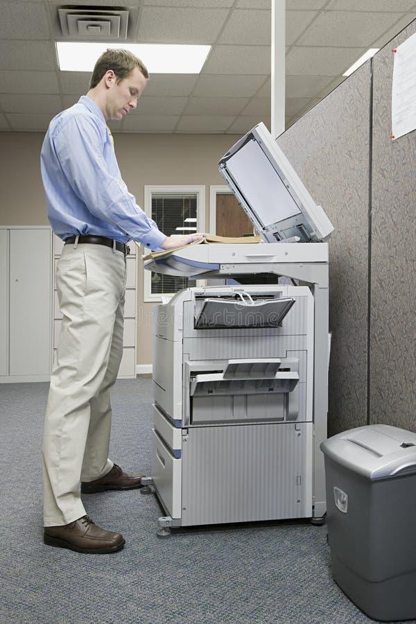 Fotocópia do trabalhador de escritório imagens de stock royalty free