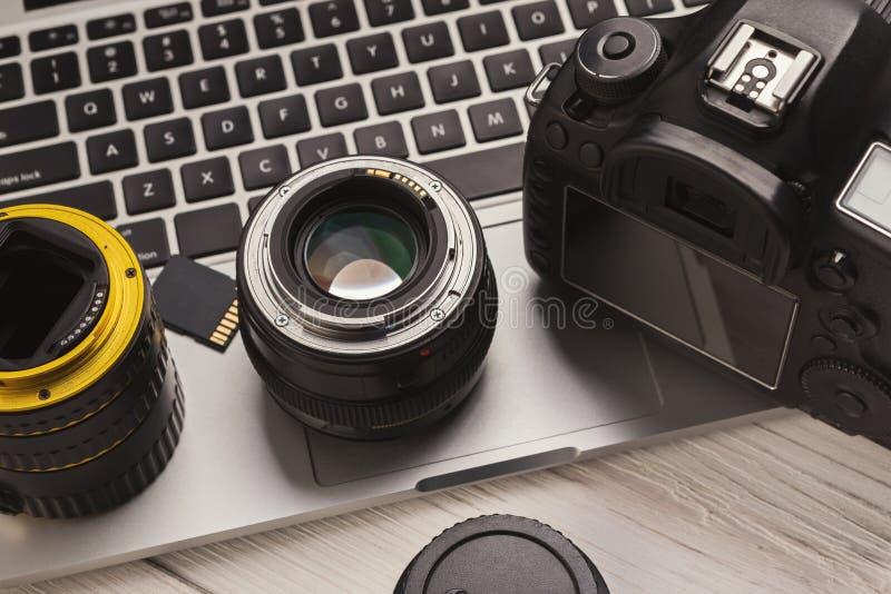 Fotocamera en lenzen op computertoetsenbord royalty-vrije stock afbeeldingen