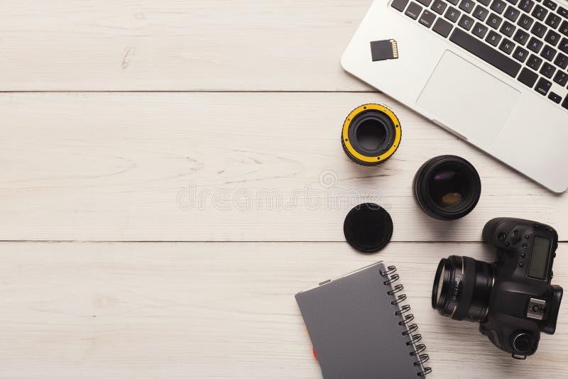 Fotocamera, lens en geheugenkaart bij computer royalty-vrije stock foto