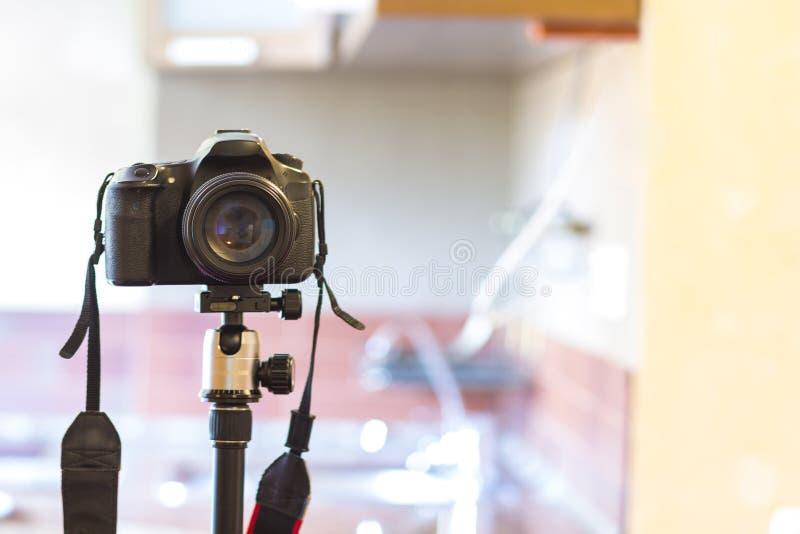 Fotodigitalkamera mit einer großen Linse auf einem Stativ stockfotografie