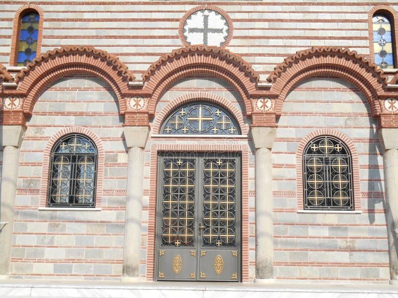 Fotoet av den främre sikten till dörren av att bedöva tempelExaltation av helgedomen och det livgivande korset kyrktar i Stavros, royaltyfri bild