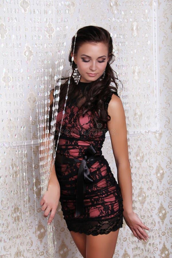 Fotoet av den härliga flickan är i sexig stil, glamur royaltyfria foton