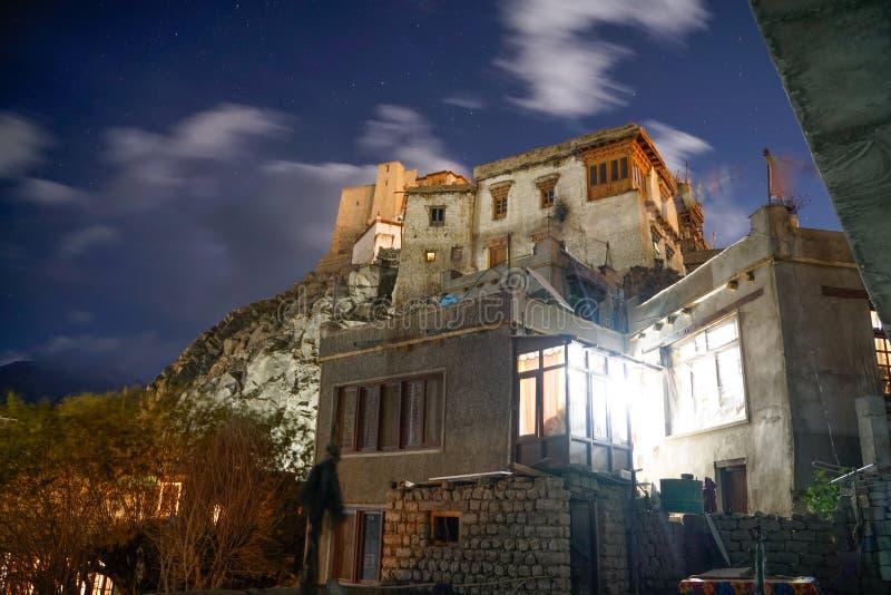 Fotoet av den Leh slotten på nattetid royaltyfri fotografi