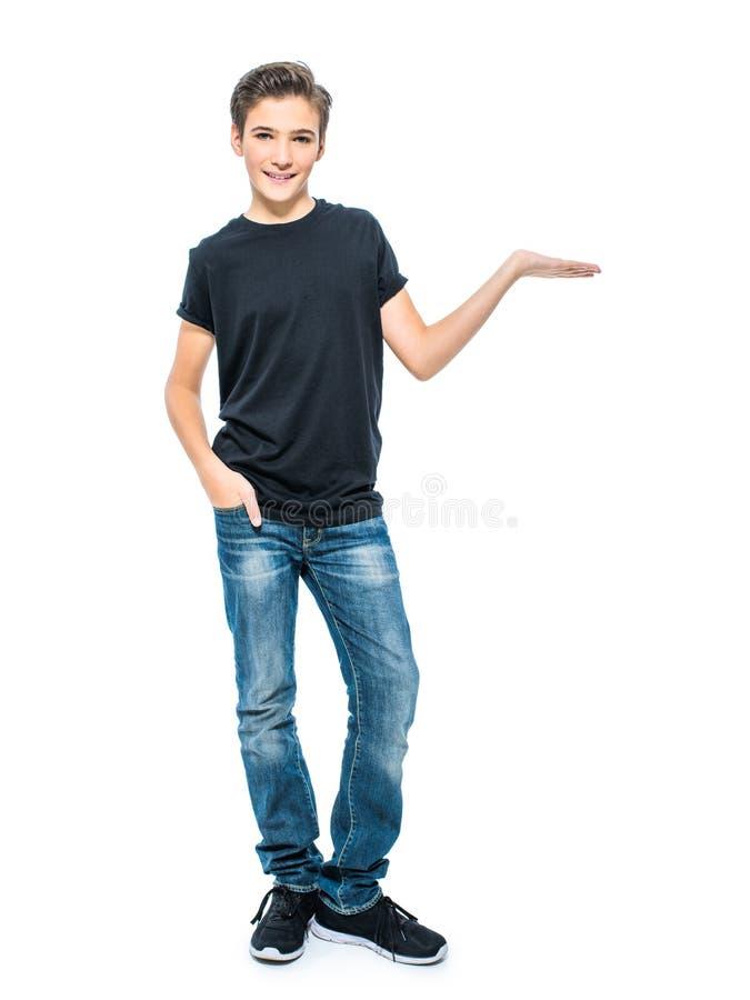 Fotoet av den tonårs- unga pojken rymmer något gömma i handflatan på royaltyfri bild