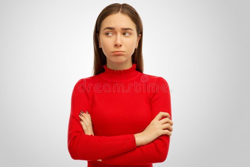 Fotoet av den unga kvinnan känner en avkänning av hat och önskar inte att tala Stående av flickan med mörkt hår arkivfoton