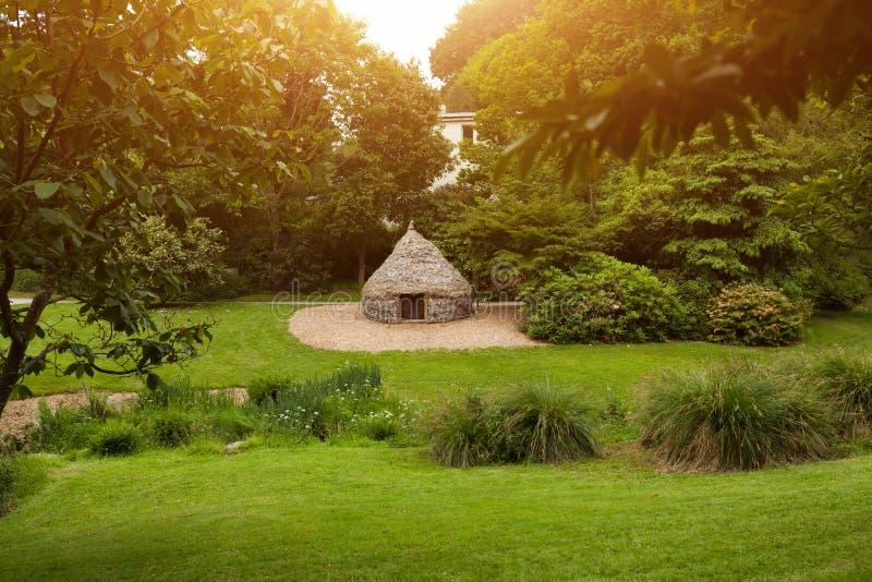 Fotoet av en yurt på botaniska trädgården Le Vallon du stack Alar Brest France May 2018 royaltyfri bild