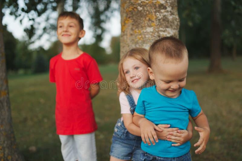 Fotoet av lyckliga barn parkerar in royaltyfria foton