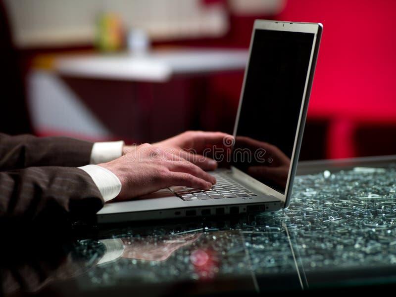 Manen räcker och bärbar dator royaltyfri bild