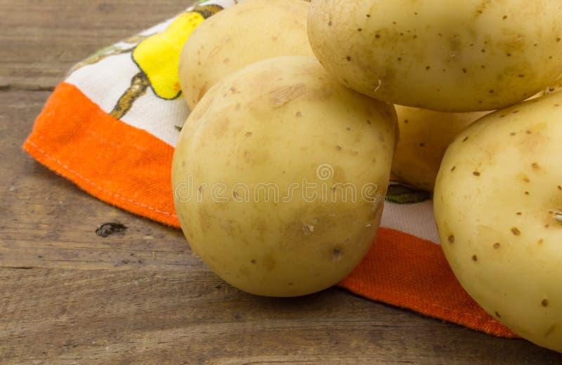 Fotoet av potatisar stänger sig upp på trä fotografering för bildbyråer