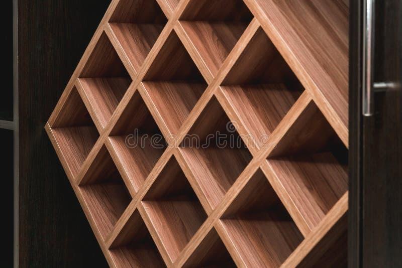 Fotoet av tr?vinhyllan som arkivfoton