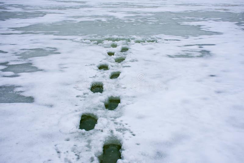 Fotoet av vinterplatsen faller till och med is, drunkning, eller faror av att gå på tunn is av floder, sjöar, damm och annat beva arkivbild