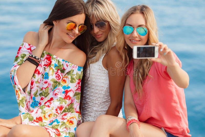 Fotoet på semesterortens tre flickvänner royaltyfria foton