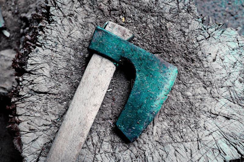 Fotoet visar det rostiga men mycket skarpa gamla träyxabladet för järn, pl royaltyfri foto