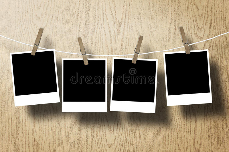 Fotofeldpapier-Befestigungsseil auf hölzernem Hintergrund stockbild