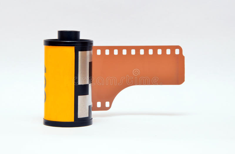Fotofilm eller kamerarulle i kassetten som isoleras på retro vit - arkivbilder