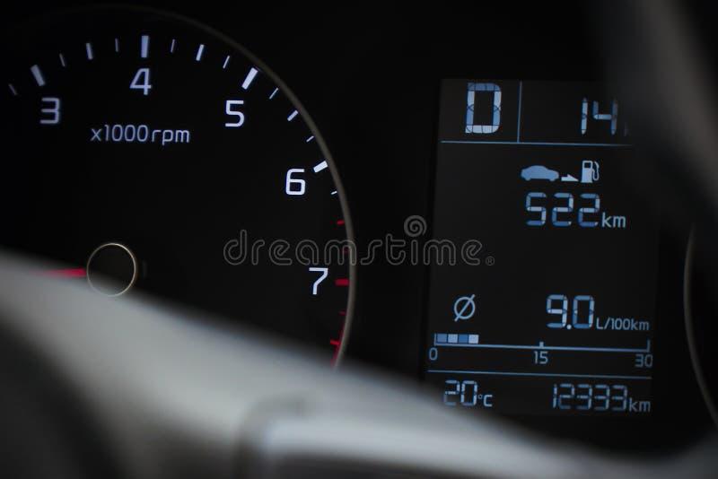 Fotogeschwindigkeitsmesser im Auto auf dem Armaturenbrett lizenzfreies stockfoto