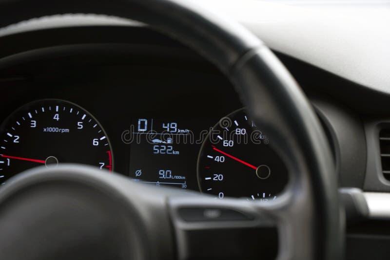 Fotogeschwindigkeitsmesser im Auto auf dem Armaturenbrett lizenzfreie stockfotografie