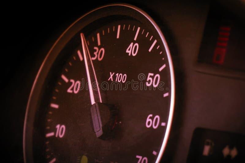 Fotogeschwindigkeitsmesser im Auto auf dem Armaturenbrett stockbilder