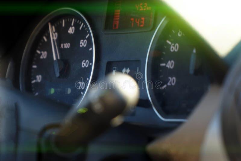 Fotogeschwindigkeitsmesser im Auto auf dem Armaturenbrett stockfoto