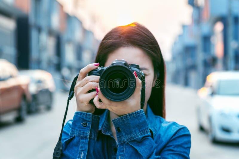 Fotograaf die beelden met digitale camera neemt Uitstekende toon royalty-vrije stock afbeeldingen