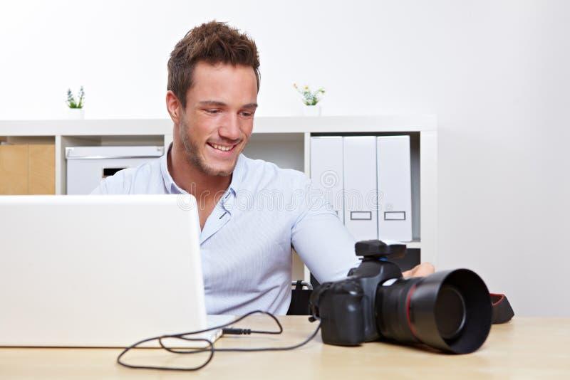 Fotograaf die foto's downloadt stock fotografie