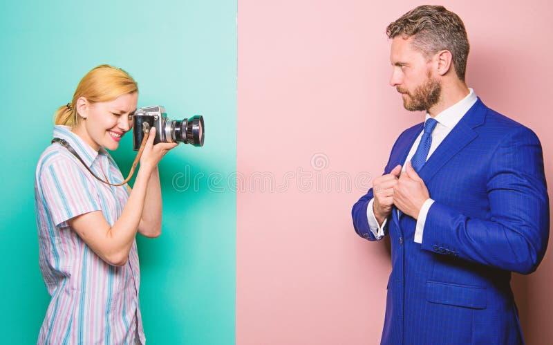 Fotograaf die foto succesvolle zakenman nemen De zakenman geniet ster van ogenblik Paparazziconcept Photosession voor stock foto's
