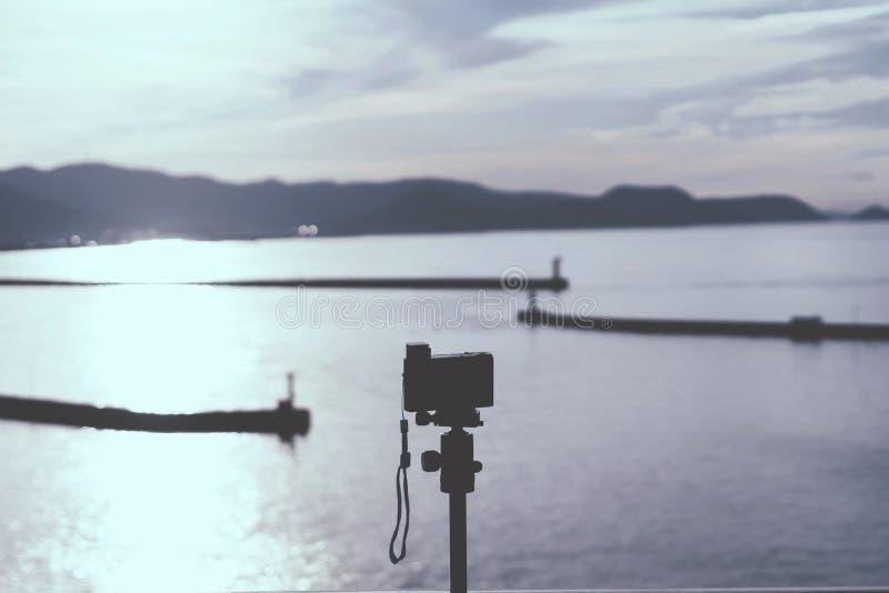 Fotograaf die gebruik maakt van Compact Camera-fotograaf op Japan Island royalty-vrije stock afbeelding
