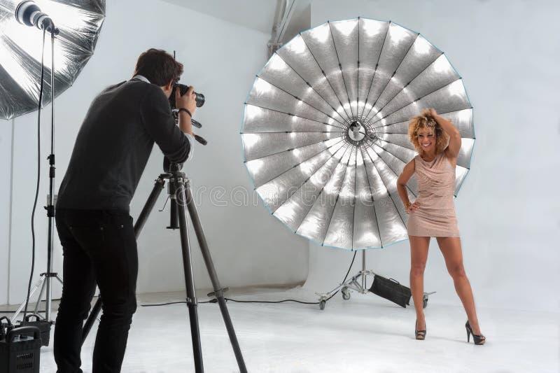 Fotograaf die met een Leuk Model in een Professionele Studio werken royalty-vrije stock afbeeldingen